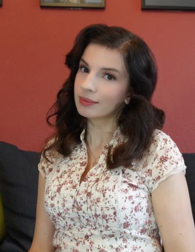 Marina Weisband vor roter Wand